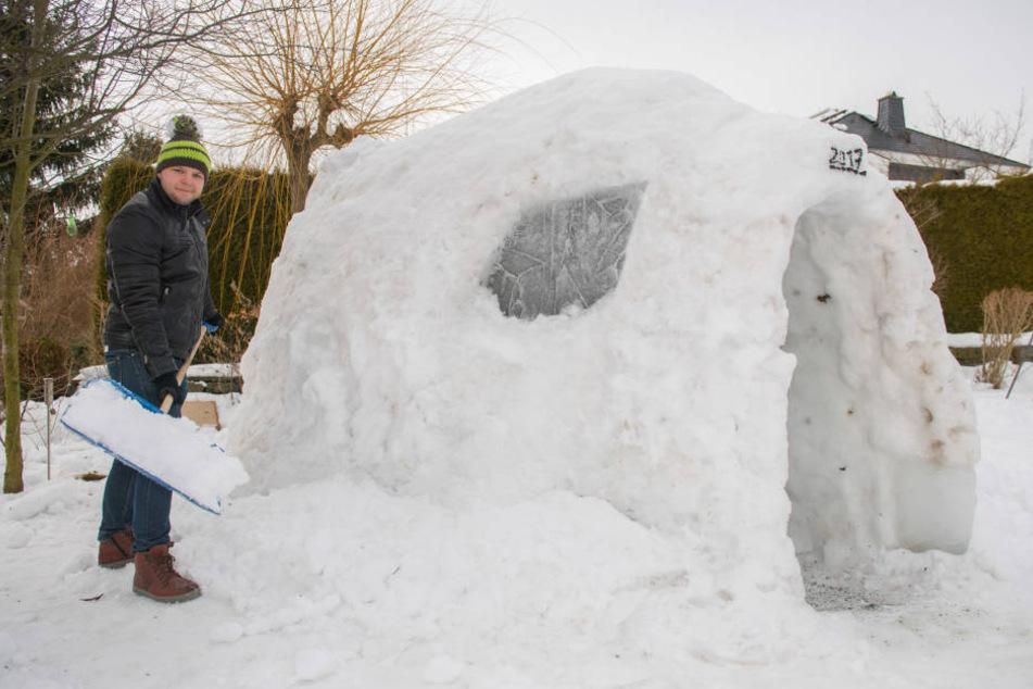 Vincenz Schwengfelder (23) bastelte gut zwei Wochen an seinem Schneehaus.
