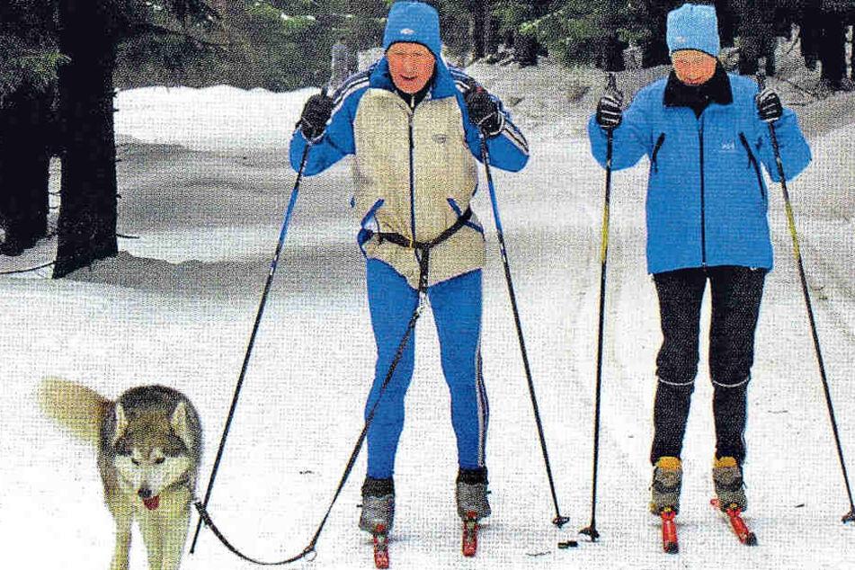 Siegfried Gumz mit seiner Ehefrau Renate und seinem Husky beim Skilaufen im Thüringer Wald.