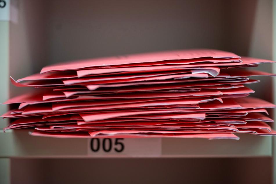 Wahlbriefe liegen in einem Fach. Wichtige Vereinsangelegenheiten könnten Vereine zwar mit einer digitalen Mitgliederversammlung klären, doch viele setzen auf die Briefwahl.