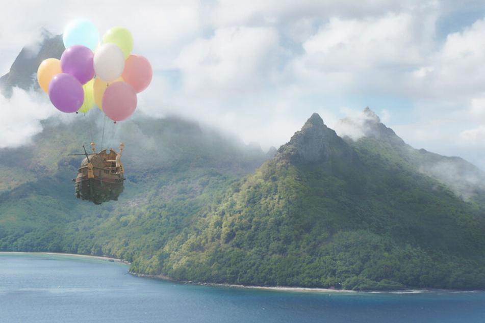 """Wie in Disneys """"Oben"""": Doch statt einem Haus fliegen einige Insekten mit einem Modellschiff zur Rettung der Marienkäfer in die Karibik."""