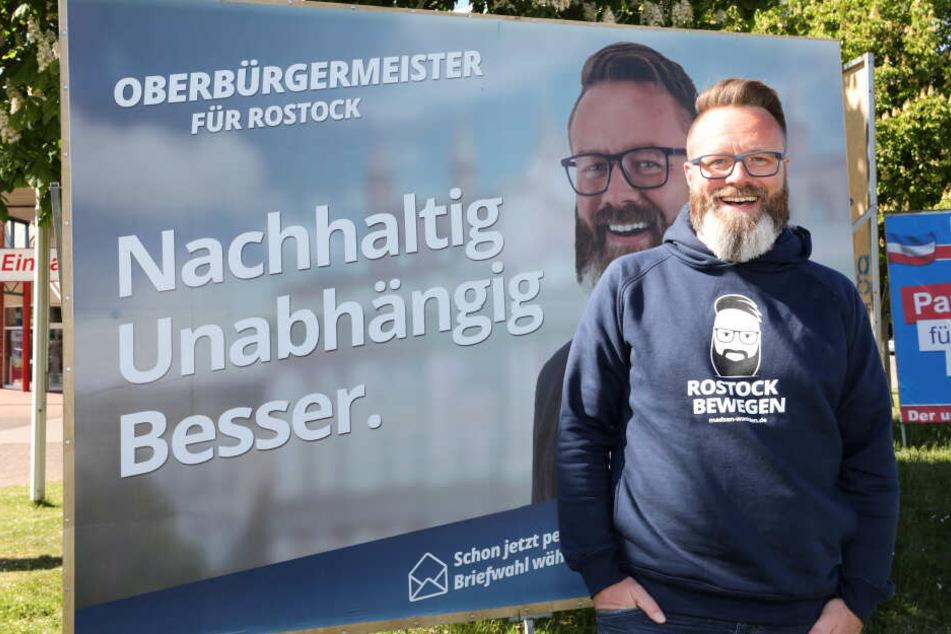Der Däne Claus Ruhe Madsen (parteilos, stellt sich bei einer Wahlkampftour im Stadtteil Lichtenhagen vor.
