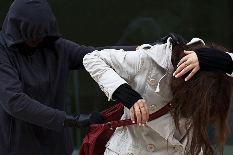 Niemand weiß, was der Angreifer mit der 17-Jährigen vor hatte (Symbolbild).