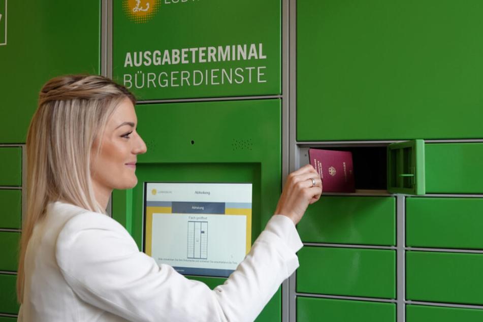 Julia Töpfer, Leiterin des Bürgerbüros der Stadt Ludwigsburg demonstriert die Funktionsweise des Ausgabeterminals.