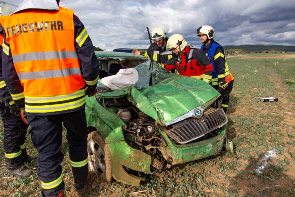 Die Feuerwehr sicherte den Wagen nach dem Unfall.