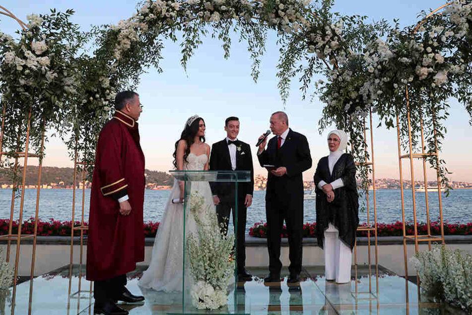 Recep Tayyip Erdogan (2.v.r), Präsident der Türkei, spricht auf der Hochzeit von Fußballer Mesut Özil (M) und seiner Ehefrau, der Schauspielerin Amine Gülse (2.v.l).