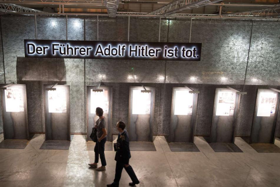 """Die Plakate mit den """"Steckbriefen"""" der Attentäter, von Lampen beleuchtet. Darüber der Schriftzug, der den Titel der Ausstellung abgibt. Am Jahrestag des 20. Juli ist der Museumsbesuch übrigens auch die Dauerausstellung betreffend kostenlos."""