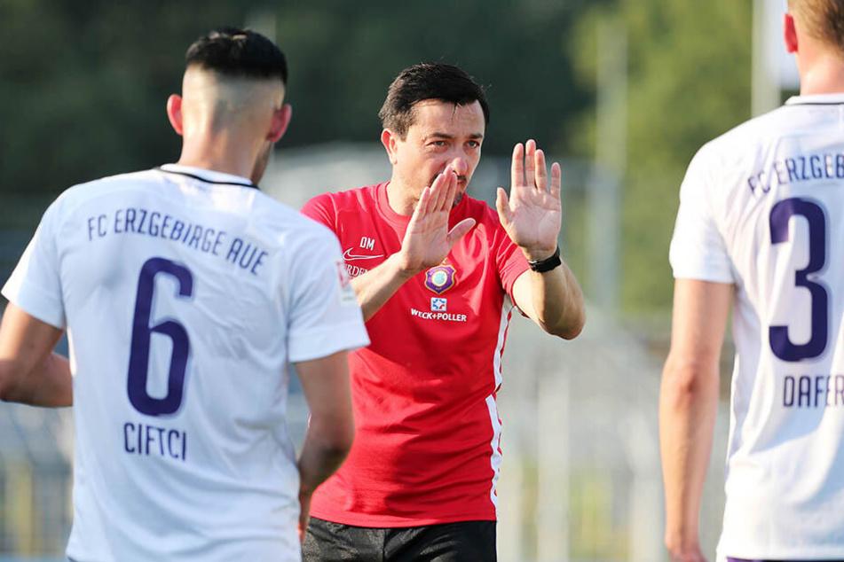 FCE-Coach Daniel Meyer mit Anweisungen an seine Spieler.