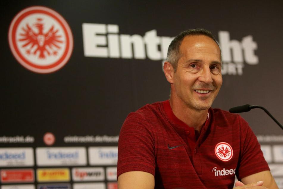 Adi Hütter bei einer Pressekonferenz (Archivbild).