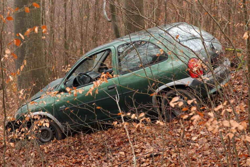 Das Auto stand mitten im Wald.