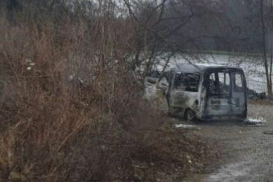 Das Auto stand an einem Badeteich, brannte völlig aus.