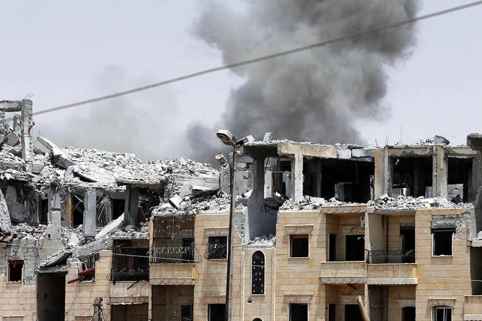 Bei schweren Luftangriffen sind auch 14 Kinder getötet worden.
