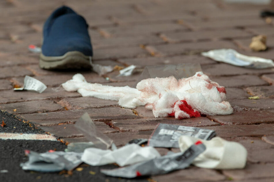 Blutige Verbandsmittel liegen auf dem Boden in der Nähe der Masjid-Al-Noor-Moschee.