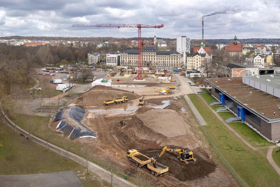 Durch die Baustelle für die neue Schule schrumpfte die Fläche für Volksfeste auf dem Hartmannplatz.