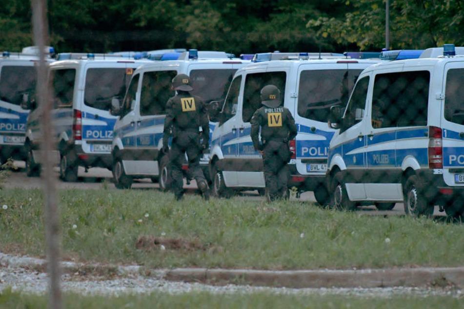 Die Polizei war am Donnerstag mit Dutzenden Mannschaftswagen angerückt.