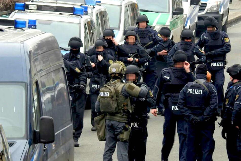 Zahlreiche Einsatzkräfte der Polizei waren vor Ort und gingen der Bombendrohung nach.