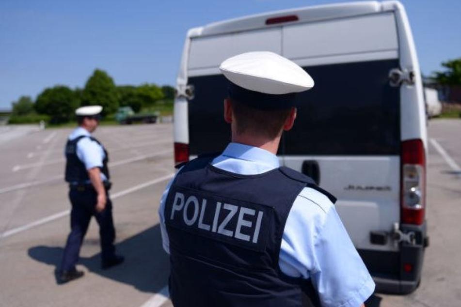 Der 27 Jahre alte Mann entkam beim Aussteigen aus einem Gefangenentransporter. (Symbolbild)