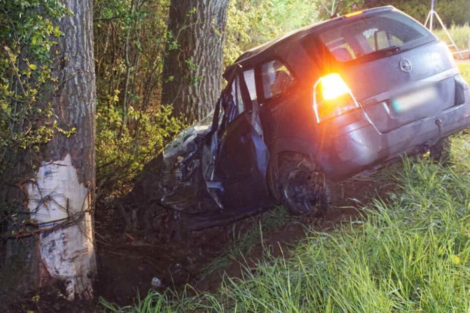Auf regennasser Fahrbahn aus Kurve geflogen: Fahrer stirbt