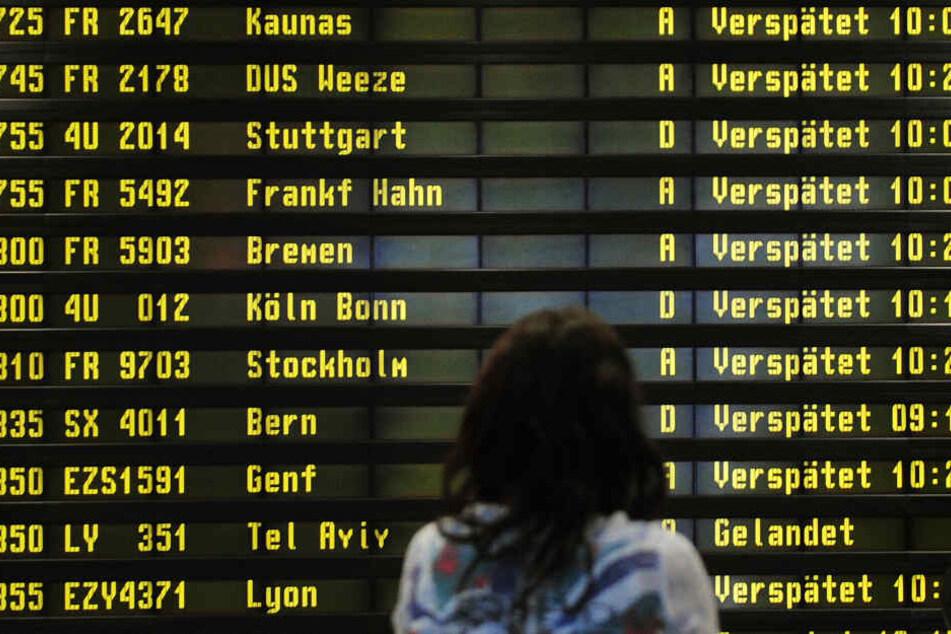 Eine Frau steht am Flughafen vor einer Anzeigetafel. Verspätungen und Ausfälle kann man geltend machen. (Symbolbild)