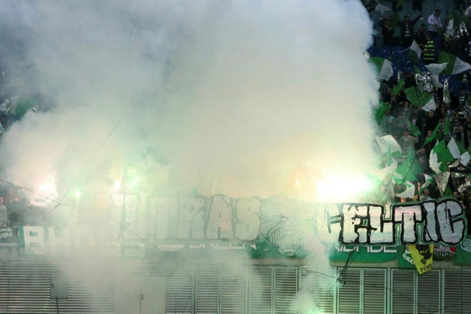 Die mitgereisten Fans von Celtic Glasgow nebelten die Red Bull Arena vor Anpfiff durch das Zünden von Pyrotechnik ein.