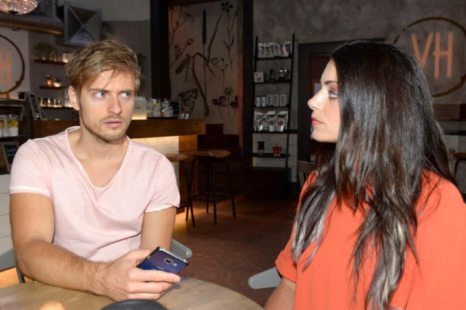 Emily (Anne Menden ) schaut Philip (Jörn Schlönvoigt) ernst an.