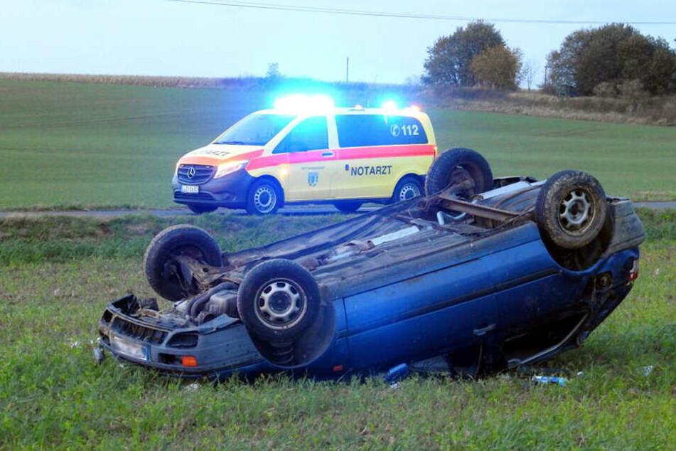 Der blaue Pkw soll sich mehrfach überschlagen haben. Dabei wurden angeblich zwei Personen verletzt.