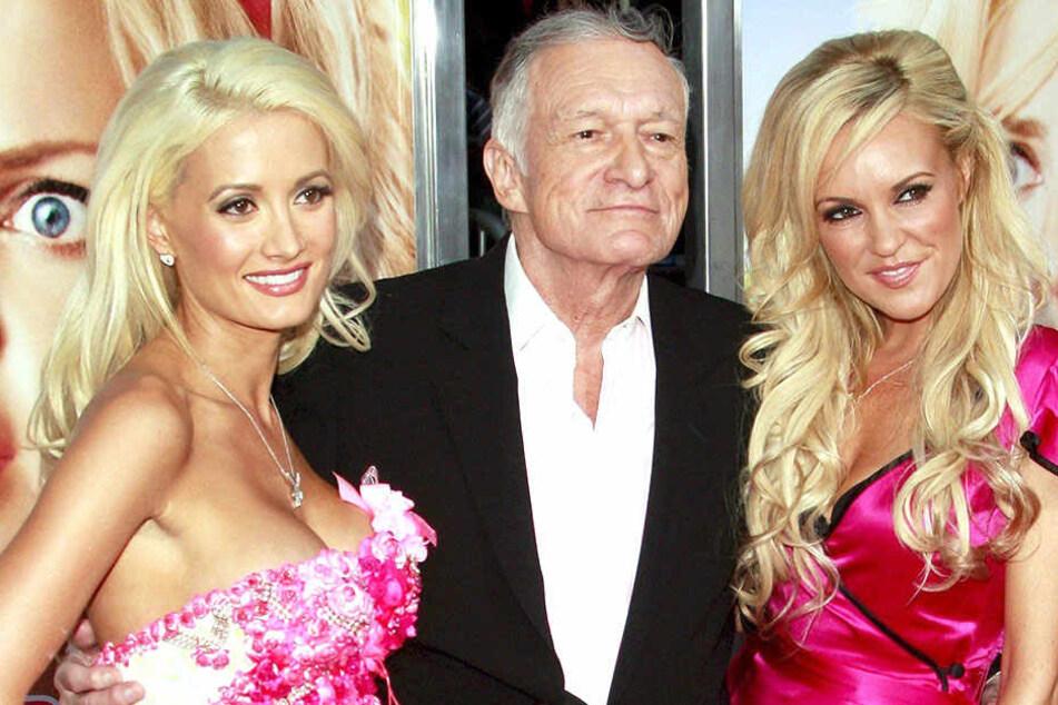 Playboy-Gründer Hugh Hefner (Mitte) mit zwei seiner Freundinnen. Er war eines der großen Vorbilder für einen australischen Tabak-Mogul.