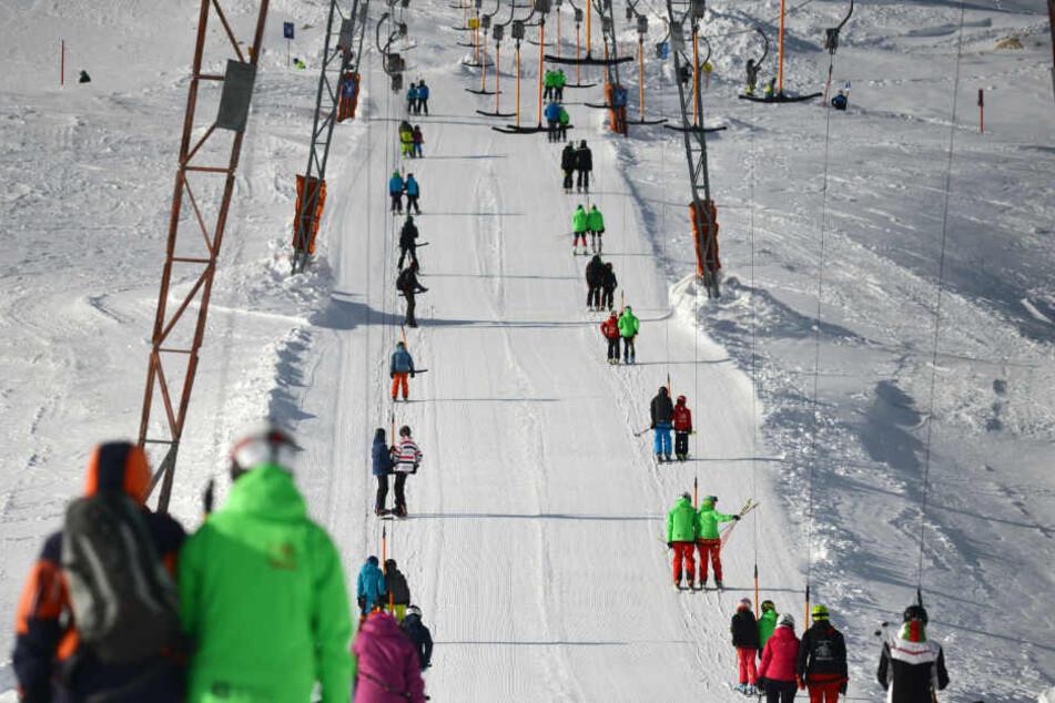 In den Alpen hat die Ski-Hochsaison bereit begonnen. Im Erzgebirge muss eben noch etwas nachgeholfen werden (Symbolbild).