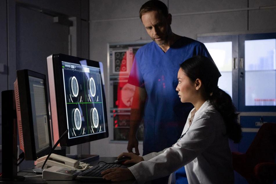 Dr. Lilly Phan entdeckt auf den CT-Aufnahmen von Maria Weber ein Hämatom. Dr. Kai Hoffmann will sofort zur Tat schreiten.