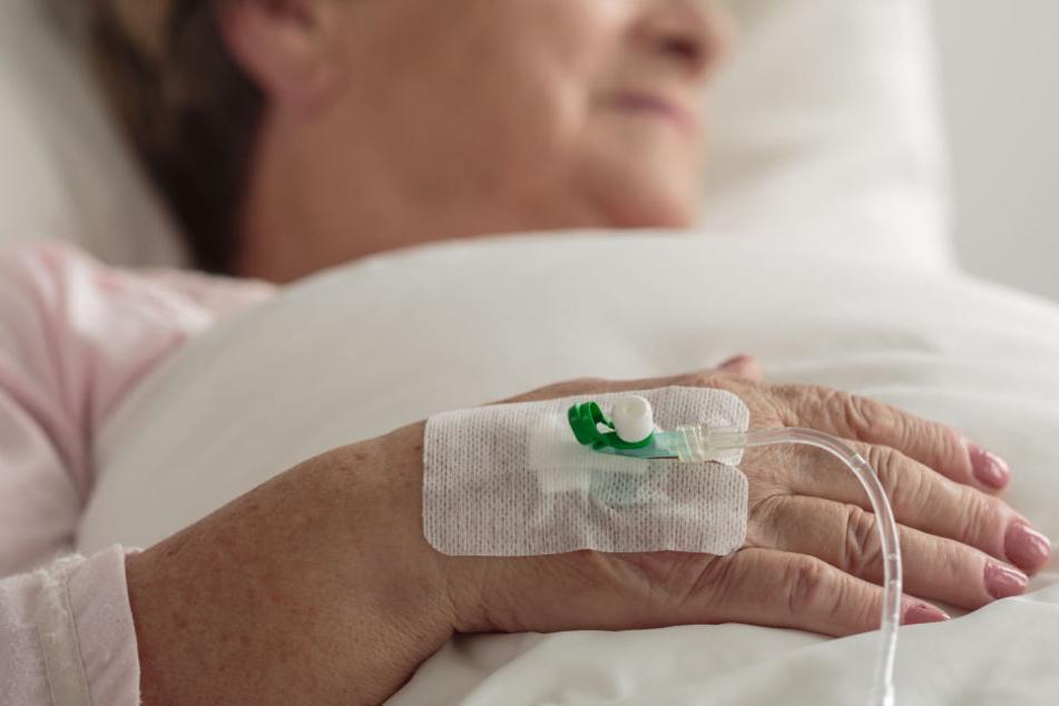 Für zehn Euro: Räuber schlägt Oma (82) ins Krankenhaus