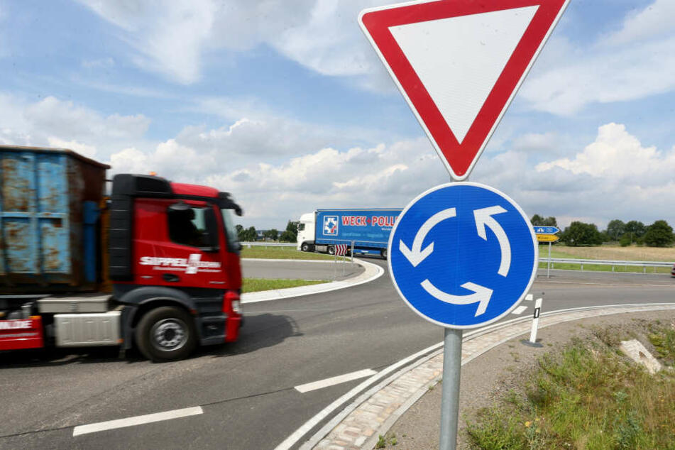 Navis verstehen diesen neuen Kreisverkehr bei Crossen nicht. Viele Laster fahren darum falsch.