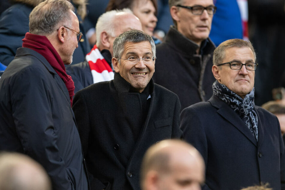 Bayerns Vorstandsvorsitzender Karl-Heinz Rummenigge (l-r), Präsident Herbert Hainer und Finanzvorstand Jan-Christian Dreesen vor der Partie auf der FC-Bayern-Tribüne.