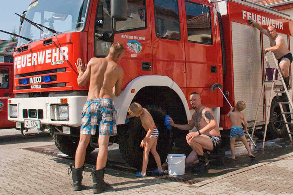 Feuerwehr ist sexy! Die Kameraden in Mosel polieren Einsatzfahrzeug und Image auf Hochglanz.