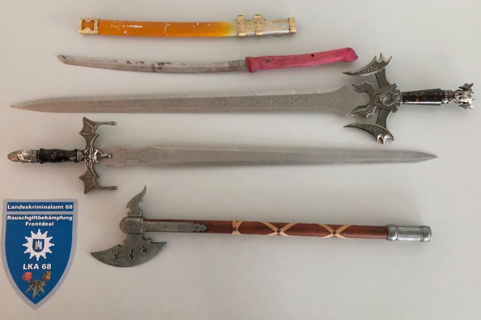 Drei Schwerter und eine Streitaxt fanden die Polizisten außer der Drogenplantage in der Wohnung in Hamburg.