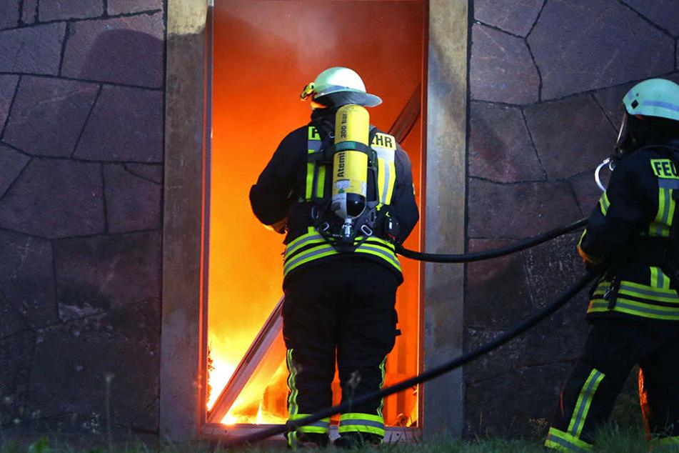 Das Feuer soll nach ersten Informationen im Keller ausgebrochen sein.