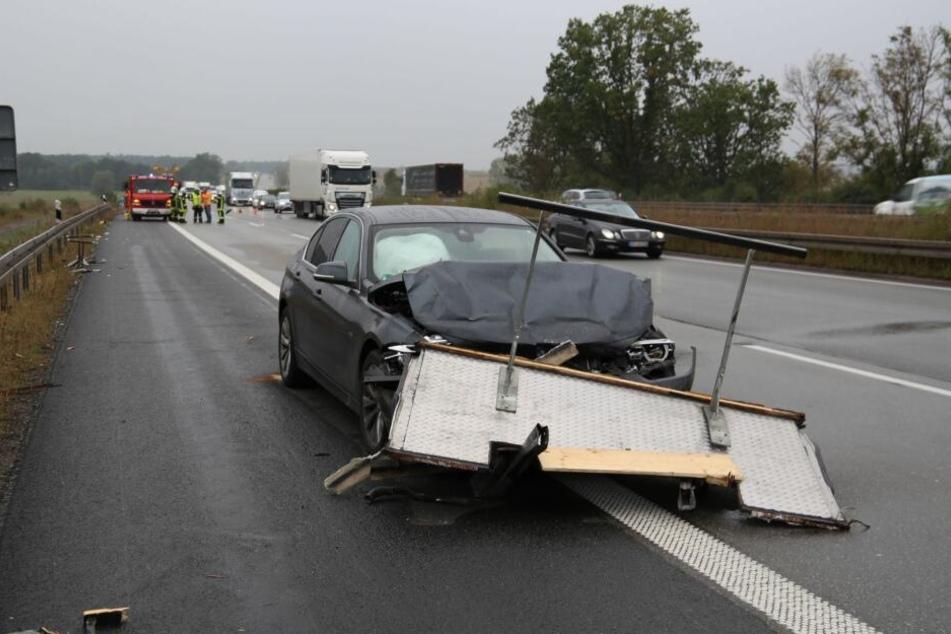 Der BMW schleifte die Rückwand des Wohnmobil hunderte Meter mit sich.