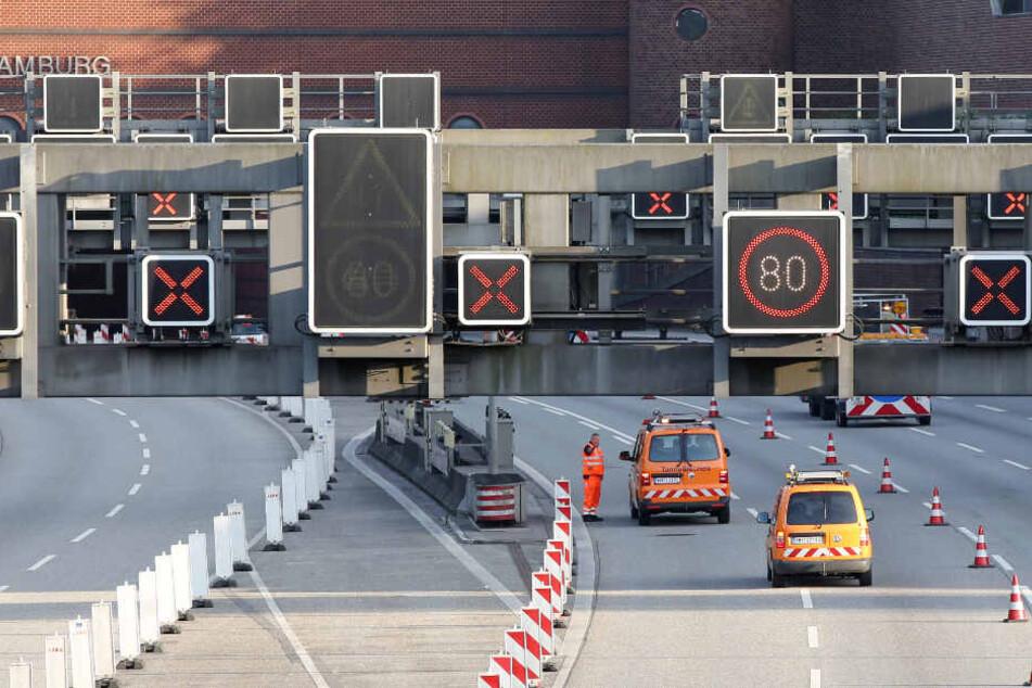 Alle Röhren des Elbtunnels werden in der Nacht zum Sonntag für den Verkehr gesperrt.