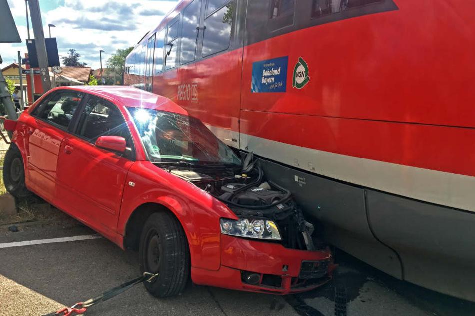 Der Autofahrer wollte mit seinem Wagen einen Bahnübergang passieren.