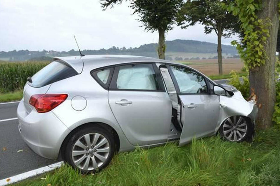 Am Opel entstand laut Polizei ein hoher Sachschaden.