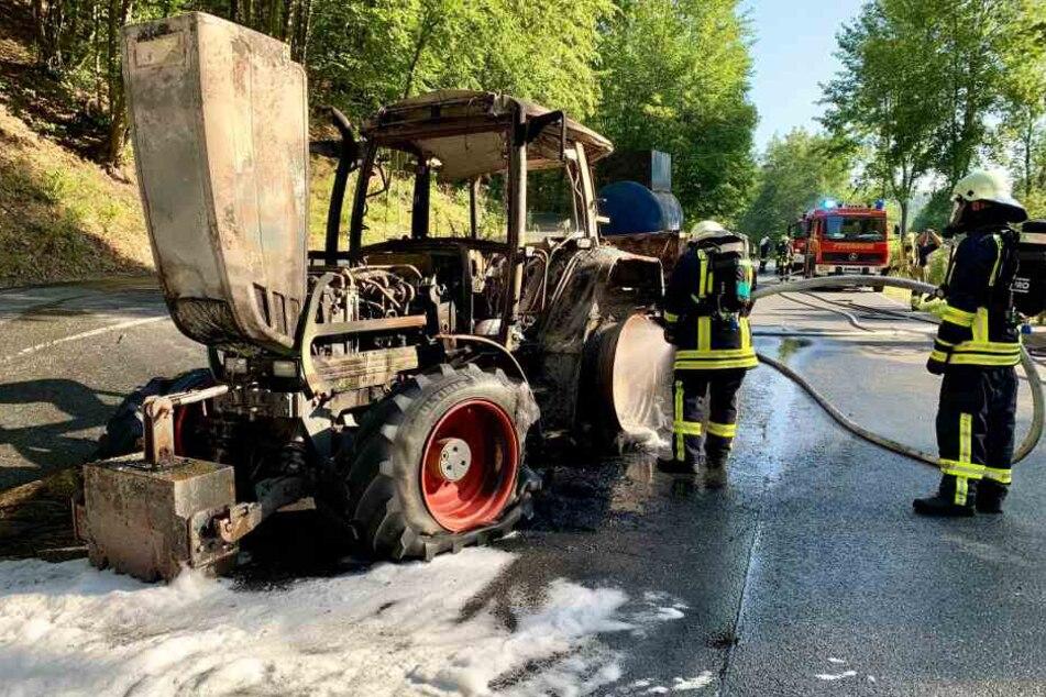 Etwa 50 Einsatzkräfte waren im Einsatz um den Traktor mit Schaum und Wasser zu löschen.