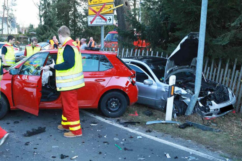 Heftiger Crash auf Kreuzung: Skoda und Mercedes krachen zusammen
