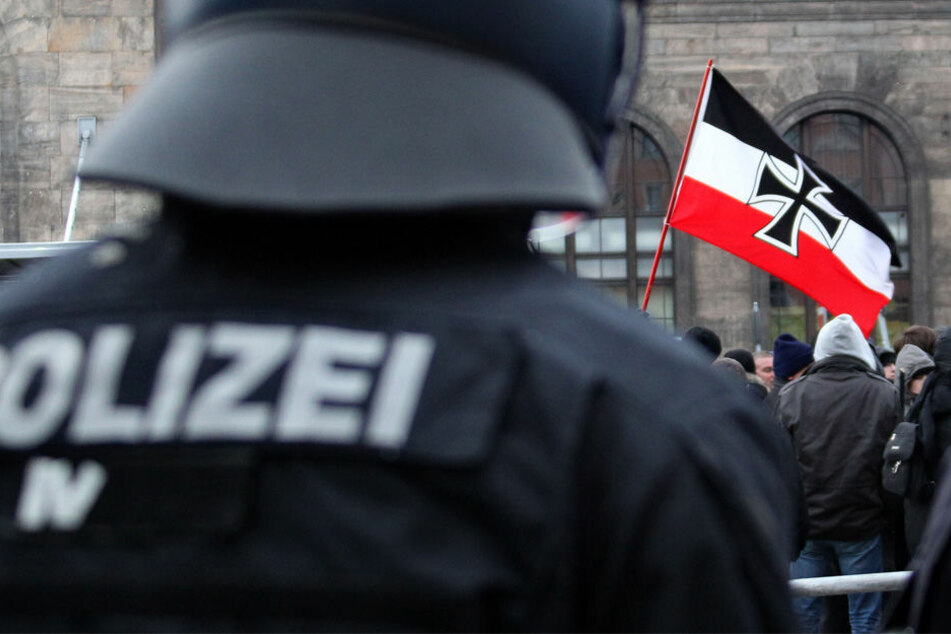 Der Veranstalter des Rudolf-Heß-Marschs erlaubt schwarz-weiß-rote Fahnen und themenbezogene Transparente.