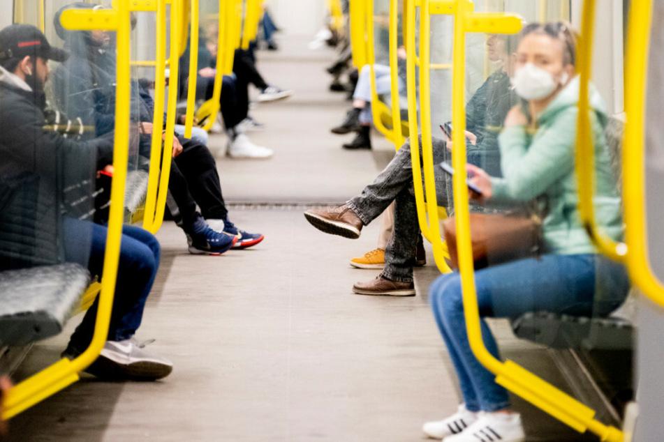 Ab Montag müssen Fahrgäste in Berlin Mundschutz tragen (Archivbild).