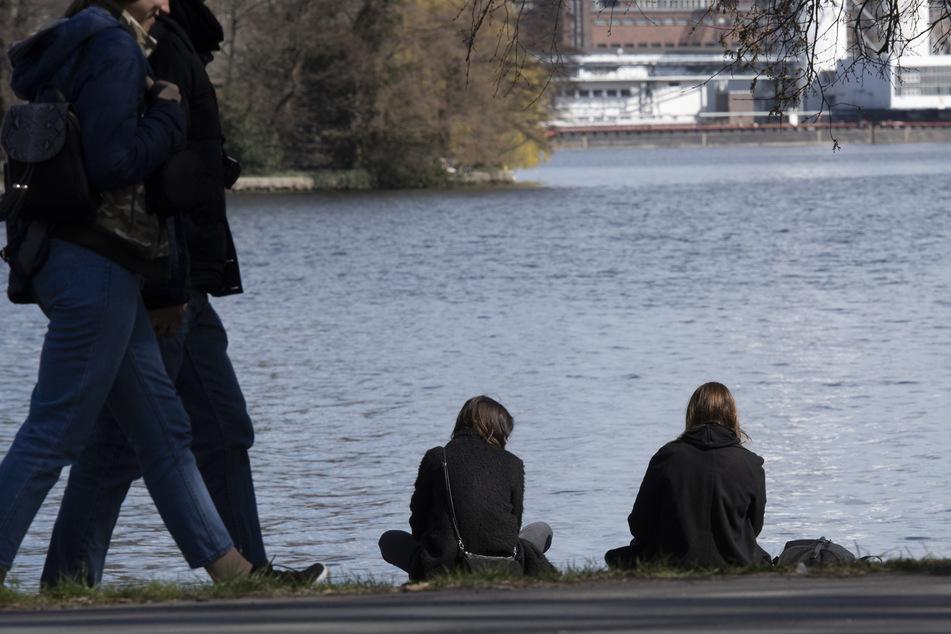 Für viele sind die Ausgangsbeschränkungen nicht leicht einzuhalten. Immer wieder zieht es Menschen nach draußen, wie hier in Berlin (Symbolbild).