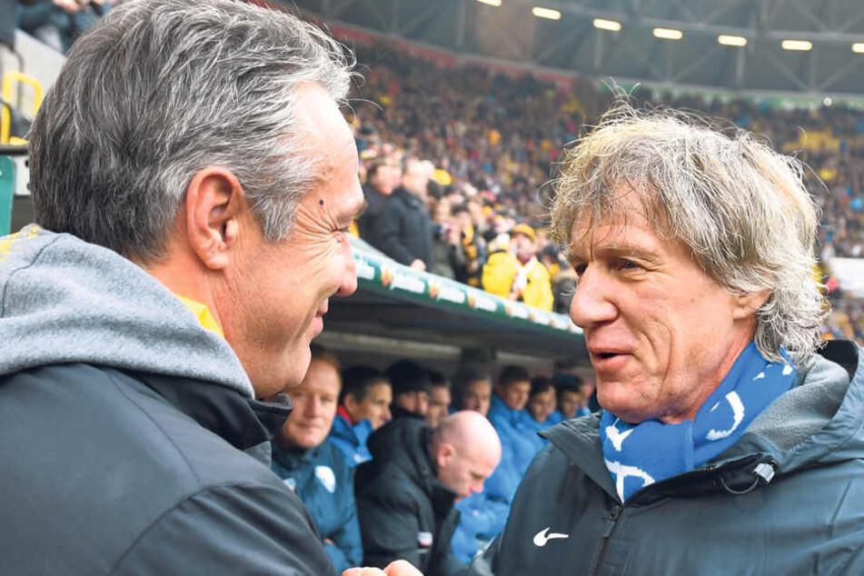 Vor der Partie begrüßten sich die Trainer Gertjan Verbeek (r.) und Uwe  Neuhaus - danach schimpften sie über den Dynamo-Acker.