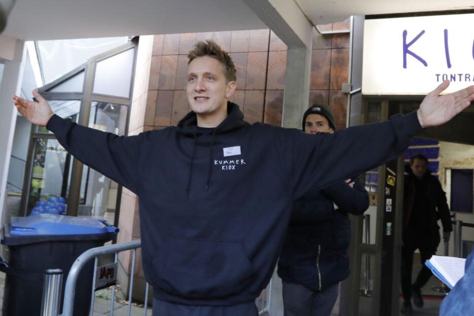 Felix Kummer tritt vor seinen Laden und hält eine kurze Rede.