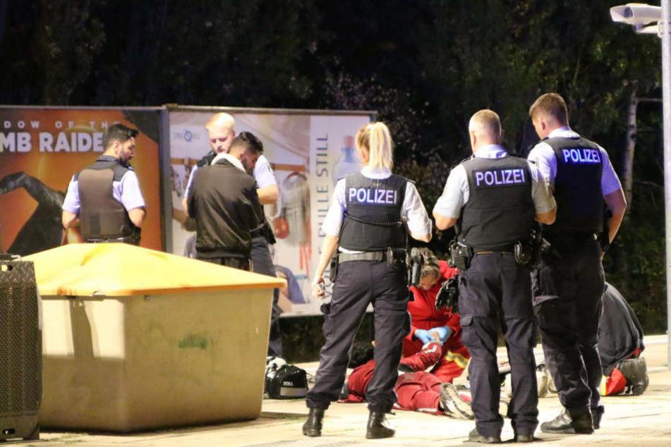 Rettungskräfte versorgen den schwer verletzten Mann.