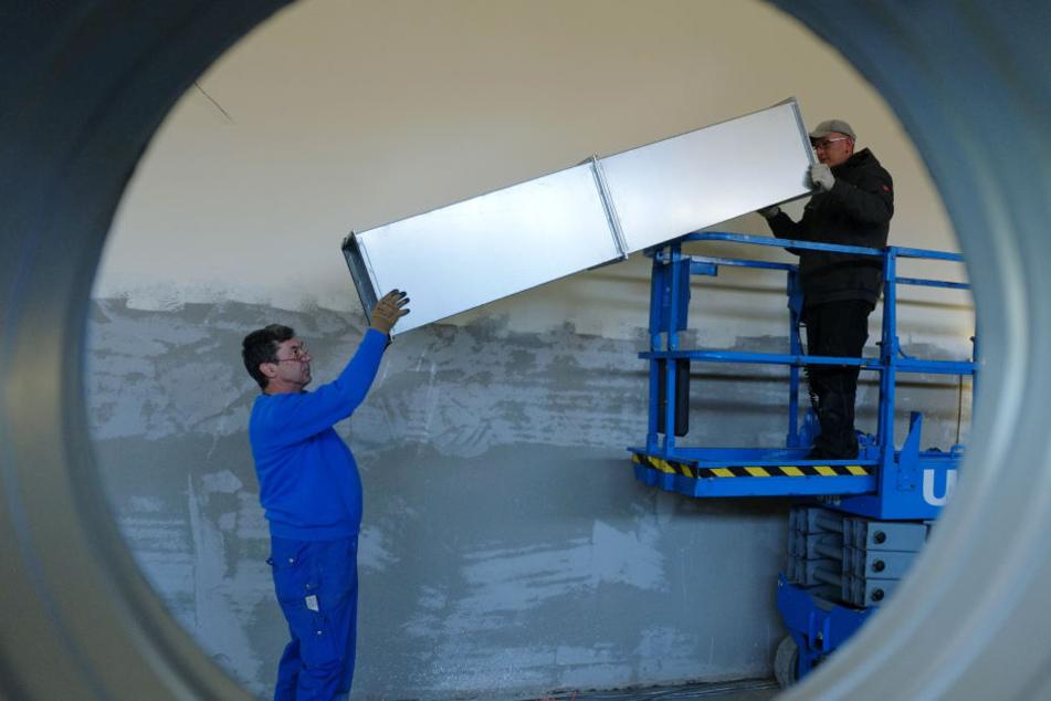 In der neuen Turnhalle des Schulzentrums montieren Olaf Weber (53) und Maik Bargiel (33, v.l.) Teile der Lüftungsanlage.