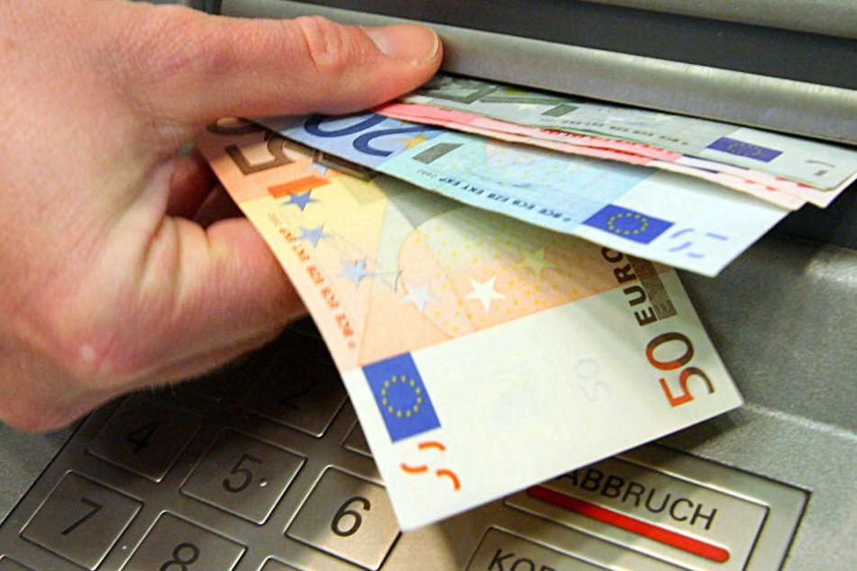 Der Pädagoge überwies mehrfach Geld  aus dem Schulbudget auf sein eigenes Konto (Symbolbild).