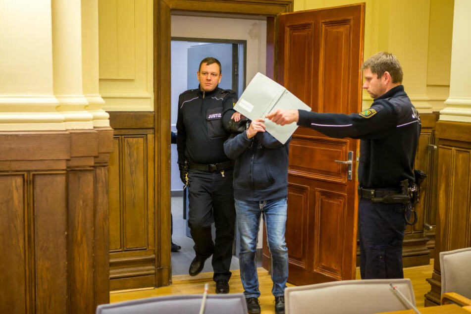 Da geht's lang: Wolfgang H. (63) bleibt in Haft. Das Gericht verurteilte ihn zu sieben Jahren Gefängnis.