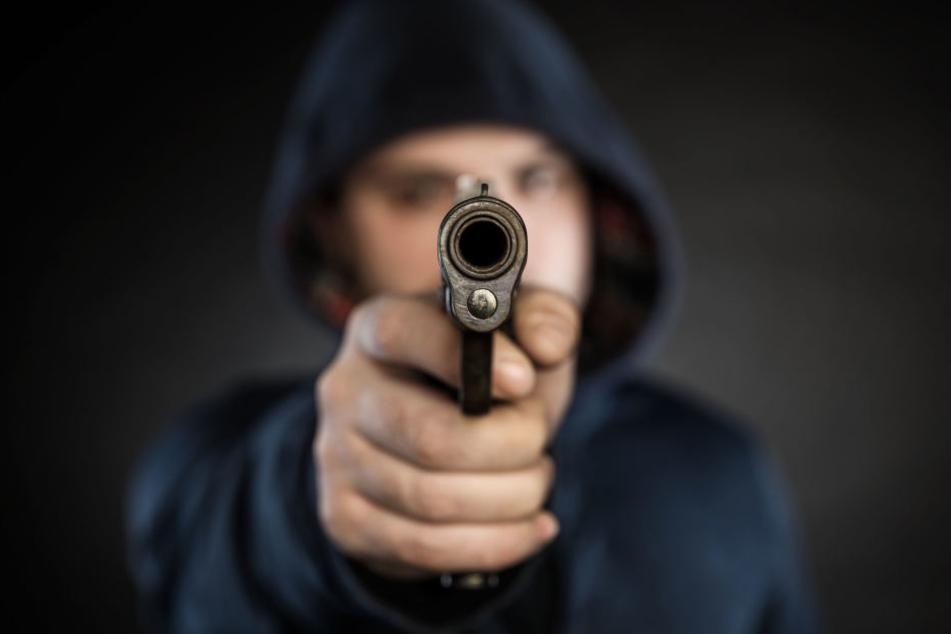 Ein Deutscher geriet mit vier Syrern in einen Streit. Plötzlich zog der Mann eine Waffe und bedrohte die Ausländer. (Symbolbild)